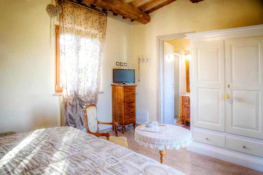 Camera Matrimoniale Stile Antico.Camera Tripla A Spello B B Le Ghiande Dormire Nella Provincia Di