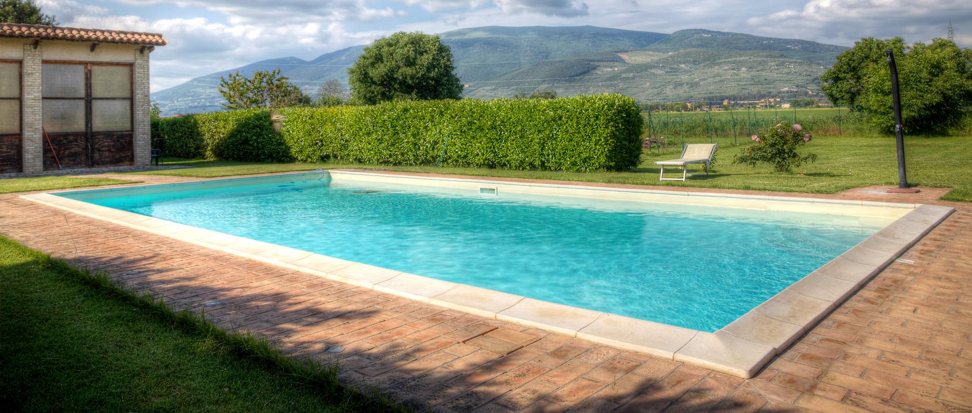 bed and breakfast a spello-la piscina di giorno del b&b le ghiande a spello nel panorama della campagna umbra