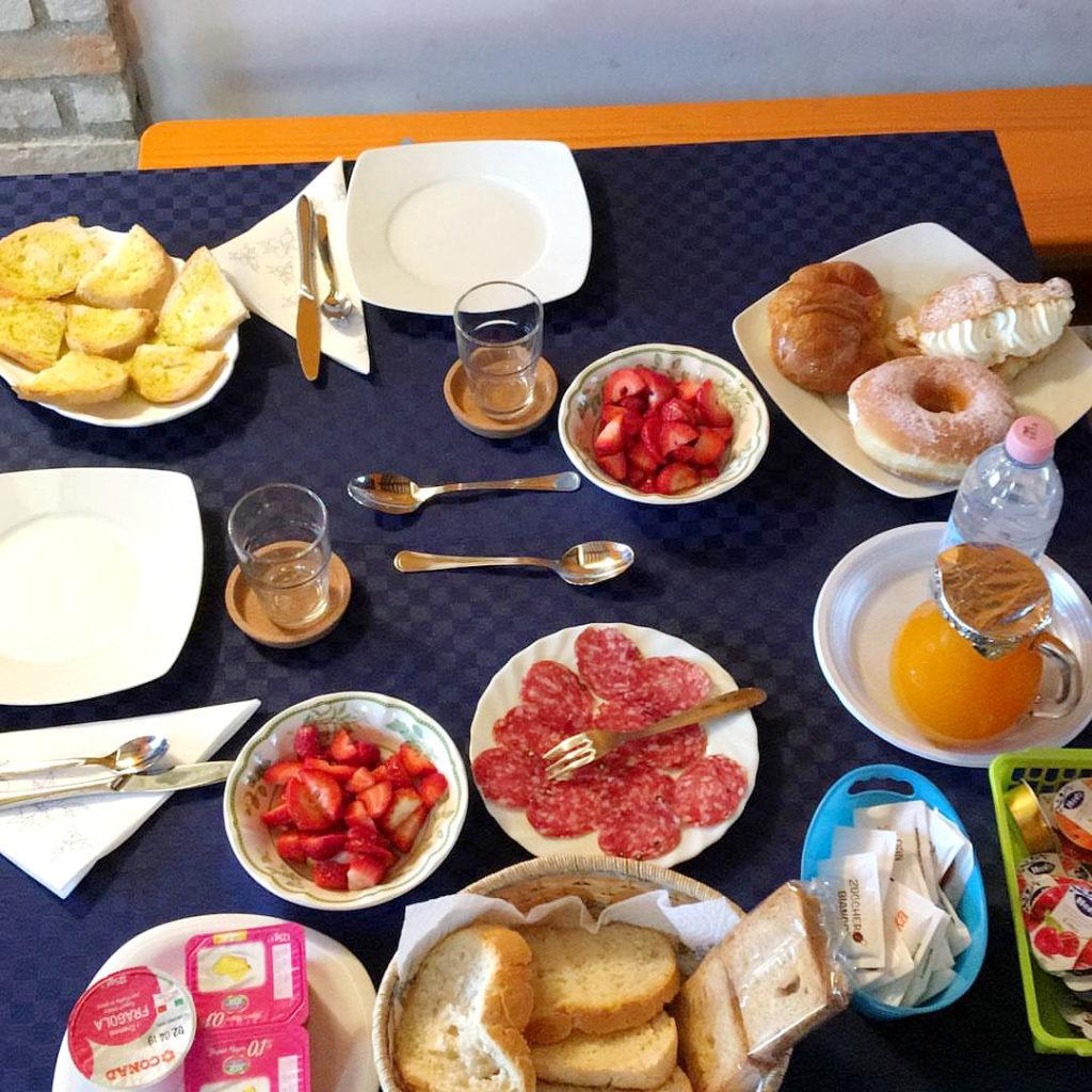 Dove dormire a Spello. Ricca colazione a base di frutta, affettati, yogurt, marmellate, succhi di frutta, pane e dolci
